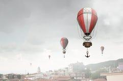 Aérostats volant au-dessus de la ville Photo libre de droits