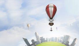 Aérostats volant au-dessus de la ville Photos stock