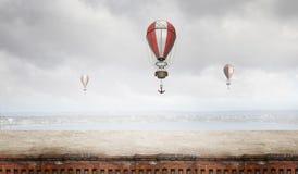 Aérostats volant au-dessus du ciel Media mélangé Photo stock