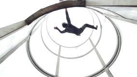 Aërodynamische buis De persoon die professioneel op en neer in de buis vliegen stock video