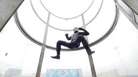 Aërodynamische buis De wind heft hoogst de persoon op stock videobeelden