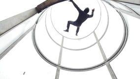 Aërodynamische buis De wind heft de persoon in de buis op Langzame Motie stock videobeelden