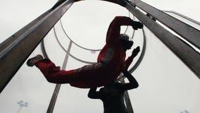 Aërodynamische buis De wind heft de persoon op De trainer die hem helpen stock footage