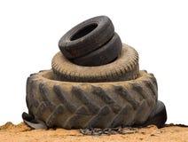 Aísla los neumáticos de coche viejos Imagen de archivo libre de regalías