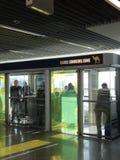 Aíslan a los fumadores en el aeropuerto Foto de archivo libre de regalías