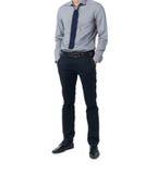 Aísle al hombre en el traje de moda que se coloca solamente en el fondo blanco Imagen de archivo libre de regalías