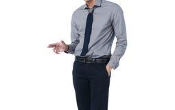 Aísle al hombre en el traje de moda que se coloca solo y señale su finger Fotos de archivo libres de regalías