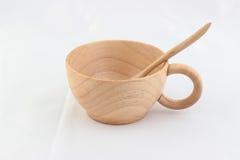 Aísle la taza de madera con la cuchara dentro en el fondo blanco Imágenes de archivo libres de regalías