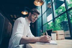 Aîe la vue d'angle d'un jeune auteur bien habillé élégant d'auteur est Photo stock