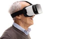 Aîné à l'aide d'un casque de VR Photo libre de droits