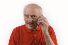 Aîné à l'aide du téléphone portable Photo stock