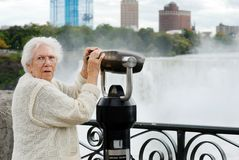 Aîné étonné aux jumelles de Niagara Falls Photos stock