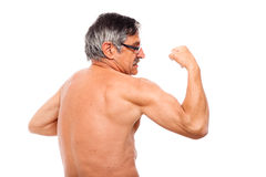 Aîné actif affichant le biceps Photo libre de droits