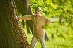 Aîné actif dans une forêt en été Photo stock