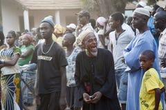 Aîné africain riant d'un rassemblement politique Image stock