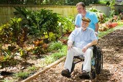 aîné appréciant handicapé de jardin Image stock