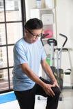 Aîné asiatique avec la blessure au genou Images libres de droits