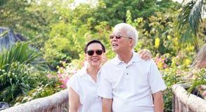Aîné asiatique avec le fond tropical vert de nature au soleil de matin Image stock