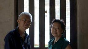 Aîné asiatique dans le temple bouddhiste à la paix Photo libre de droits