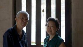 Aîné asiatique dans le temple bouddhiste à la paix Photos stock