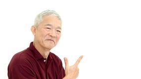 Aîné asiatique dirigeant le sourire sur le fond blanc d'isolat Photos stock
