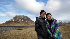 Aîné asiatique sur le voyage par la route en Europe, Islande photo au point de repère Images libres de droits