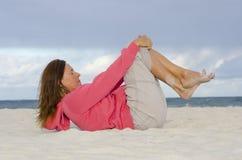 Aîné attirant maintenant en bonne santé et monté à la plage Images stock