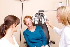Aîné au bureau d'optométriste Images stock