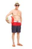 Aîné avec des lunettes de soleil tenant un ballon de plage Image stock