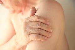 Aîné avec douleur de bras Photographie stock