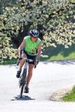 Aîné avec la bicyclette pour la forme physique Photos stock