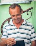 Aîné avec la tablette Photographie stock libre de droits