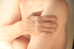Aîné avec le bras endolori Photographie stock