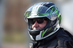 Aîné avec le casque de casque de moto Photo libre de droits