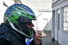 Aîné avec le casque de moto Images stock