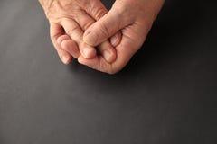 Aîné avec le doigt endolori, l'espace de copie inclus Image stock