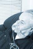 Aîné avec le masque à oxygène Photo stock