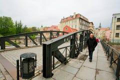 Aîné avec un chien marchant par la vieille ville Photos libres de droits