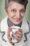Aîné buvant une cuvette de thé Image libre de droits