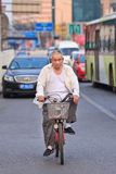Aîné chinois sur sa bicyclette dans le trafic occupé, Pékin, porcelaine Photographie stock libre de droits