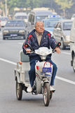 Aîné chinois sur un e-vélo de Dalain, Tianjin, Chine Image stock