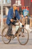 Aîné chinois sur un vélo rouillé, Pékin, Chine Photographie stock