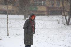 Aîné cinquante d'homme et de femme sur la tempête de neige dehors en parc Photo stock