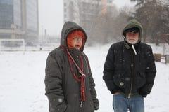 Aîné cinquante d'homme et de femme sur la tempête de neige dehors en parc Images stock