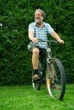 Aîné conduisant un vélo Photos libres de droits