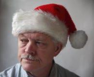 Aîné contrarié avec un chapeau de Santa Image stock