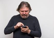 aîné d'homme texting Photographie stock