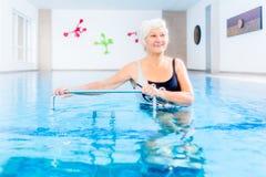 Aîné dans la thérapie de gymnastique de l'eau Images libres de droits