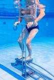 Aîné dans la thérapie sous-marine de gymnastique Photographie stock libre de droits