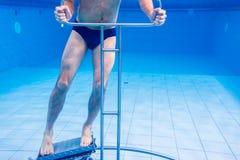 Aîné dans la thérapie sous-marine de gymnastique Image libre de droits